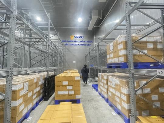 Thêm gần 600.000 liều vắc-xin ngừa Covid-19 cập cảng sân bay Tân Sơn Nhất - Ảnh 1.