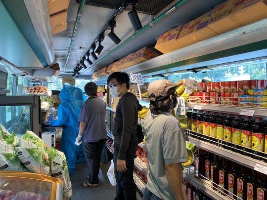 Siêu thị mini di động bán thực phẩm giá bình ổn lần đầu tiên xuất hiện tại TP HCM - Ảnh 3.