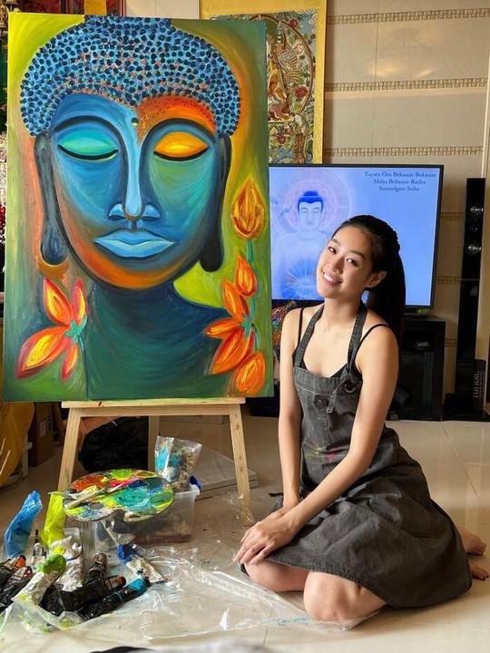 Ngỡ ngàng hoa hậu Khánh Vân để mặt mộc, trổ tài vẽ tranh - Ảnh 1.