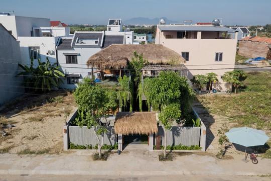 Ngôi nhà đa năng với mái tranh, cây xanh phủ kín ở Quảng Nam - Ảnh 1.