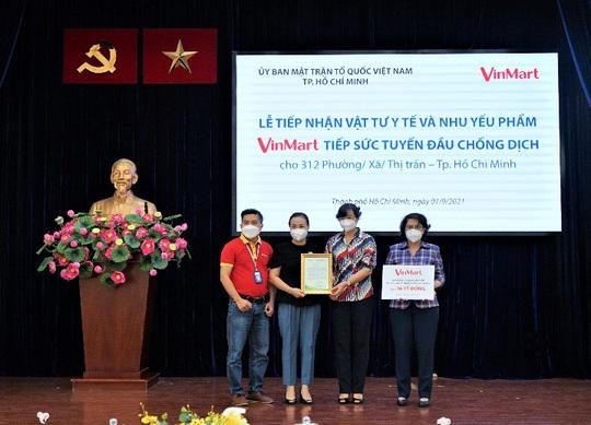 VinMart tiếp sức tuyến đầu chống dịch cho hơn 300 phường/xã tại TP HCM - Ảnh 1.