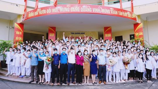 500 cán bộ, nhân viên y tế Quảng Ninh chi viện Hà Nội chống dịch Covid-19 - Ảnh 2.