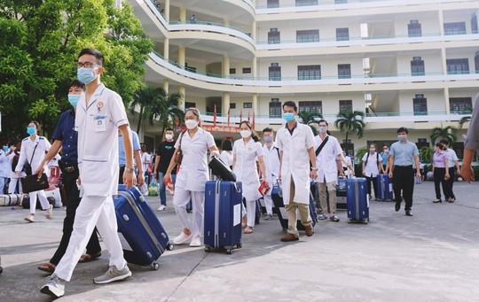 500 cán bộ, nhân viên y tế Quảng Ninh chi viện Hà Nội chống dịch Covid-19 - Ảnh 1.