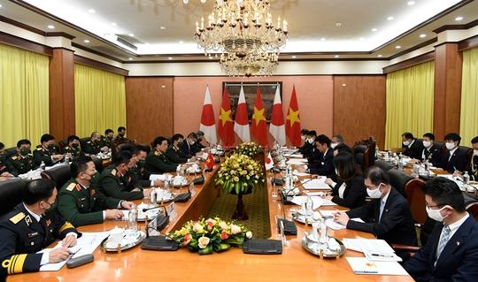 Việt Nam - Nhật Bản ký thỏa thuận chuyển giao thiết bị và công nghệ quốc phòng - Ảnh 1.