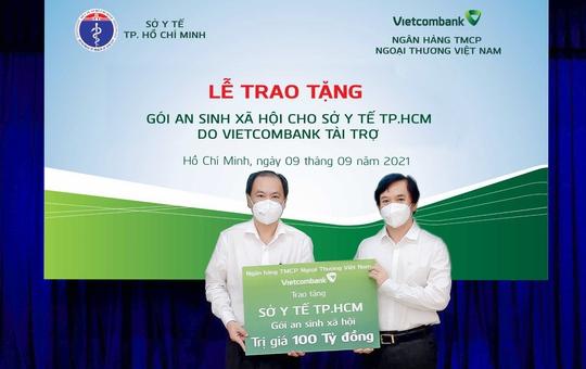 Vietcombank tặng gói an sinh xã hội 100 tỉ đồng cho Sở Y tế TP HCM - Ảnh 1.