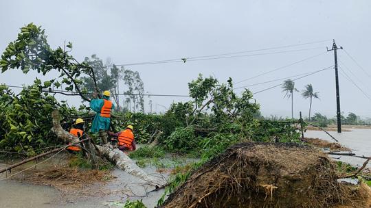PC Quảng Ngãi: Khẩn trương khắc phục sự cố sau bão số 5 - Ảnh 1.