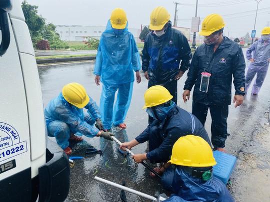 PC Quảng Ngãi: Khẩn trương khắc phục sự cố sau bão số 5 - Ảnh 3.