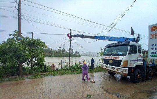PC Quảng Ngãi: Khẩn trương khắc phục sự cố sau bão số 5 - Ảnh 2.