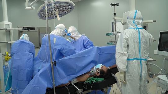 Lần đầu tiên Bệnh viện Hồi sức Covid-19 phẫu thuật u đại tràng cho bệnh nhân mắc Covid-19 nặng - Ảnh 1.