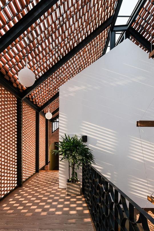 Nhà có vỏ tường gạch rỗng lạ mắt, tràn ngập ánh sáng - Ảnh 6.