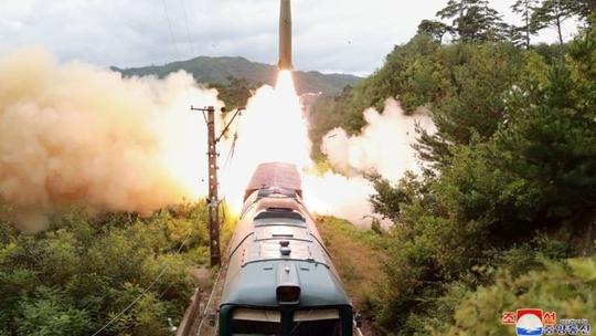 Hàn Quốc đua thử tên lửa, bà Kim Yo-jong dọa mạnh tay - Ảnh 3.