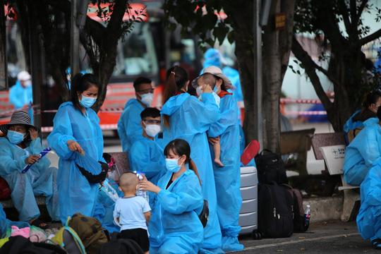Thêm 700 người dân Phú Yên kẹt ở Bình Dương được đưa về quê - Ảnh 5.