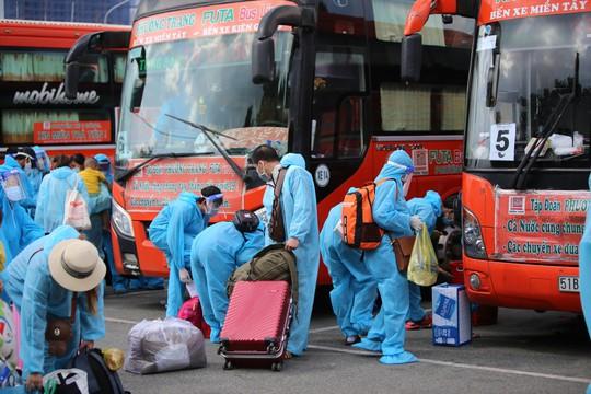 Thêm 700 người dân Phú Yên kẹt ở Bình Dương được đưa về quê - Ảnh 1.