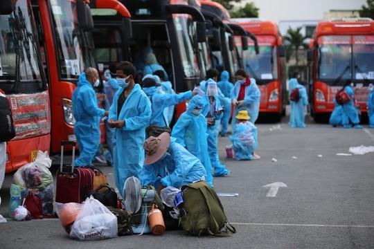 Thêm 700 người dân Phú Yên kẹt ở Bình Dương được đưa về quê - Ảnh 2.