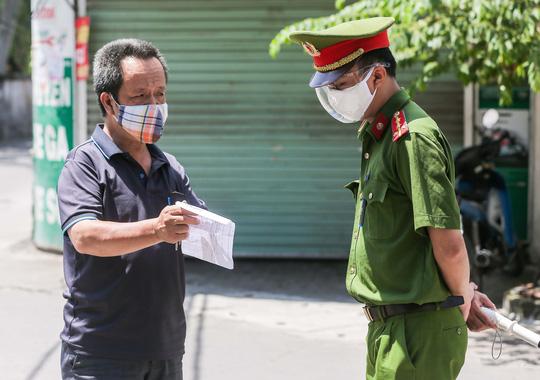 CLIP: Phong toả 1 khu dân cư có ca nhiễm SARS-CoV-2 là người bán rau củ quả online - Ảnh 11.