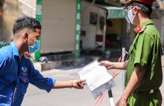 CLIP: Phong toả 1 khu dân cư có ca nhiễm SARS-CoV-2 là người bán rau củ quả online - Ảnh 12.