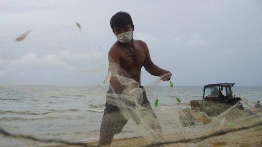 Ngư dân Bà Rịa- Vũng Tàu vỡ òa khi cá, tôm đầy thuyền trong ngày đầu mở biển - Ảnh 3.