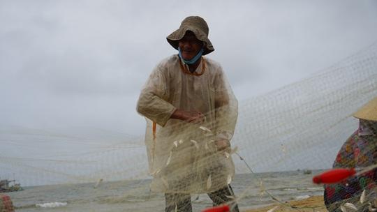 Ngư dân Bà Rịa- Vũng Tàu vỡ òa khi cá, tôm đầy thuyền trong ngày đầu mở biển - Ảnh 10.