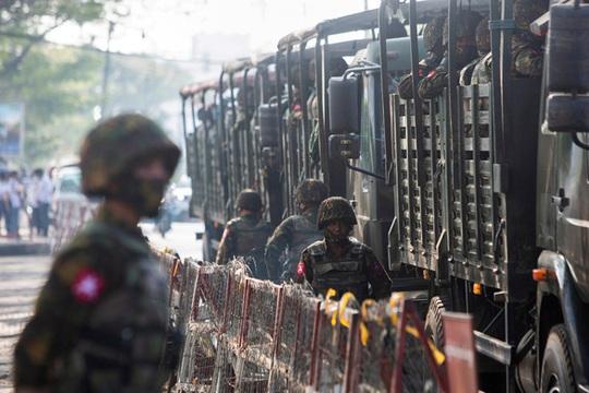 Đánh bom nhằm vào xe quân đội Myanmar - Ảnh 1.