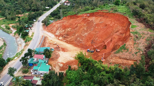 Lâm Đồng: Cận cảnh doanh nghiệp phá đồi, san lấp làm dự án cạnh Quốc lộ 20 - Ảnh 2.