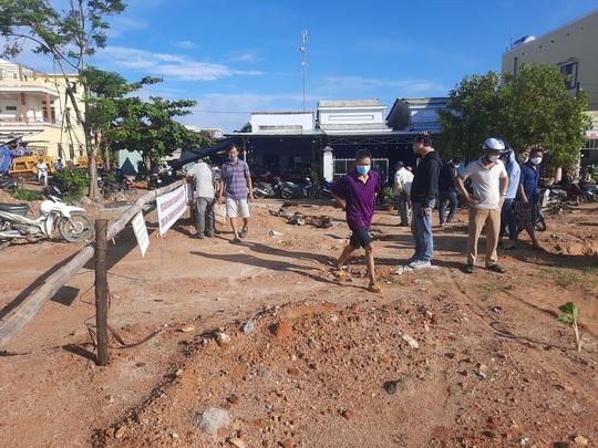 Vừa mưa đã ngập, người dân vây dự án Khu phố chợ Chiên Đàn - Ảnh 2.