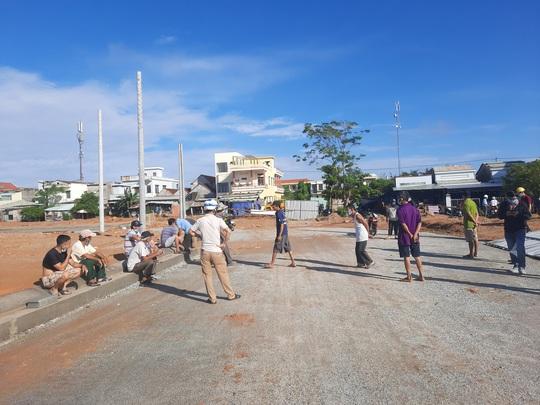Vừa mưa đã ngập, người dân vây dự án Khu phố chợ Chiên Đàn - Ảnh 1.