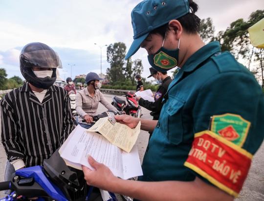 CLIP: Người dân các tỉnh ùn ùn đổ về Thủ đô sau khi Hà Nội nới lỏng giãn cách xã hội - Ảnh 5.