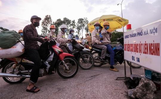 CLIP: Người dân các tỉnh ùn ùn đổ về Thủ đô sau khi Hà Nội nới lỏng giãn cách xã hội - Ảnh 4.