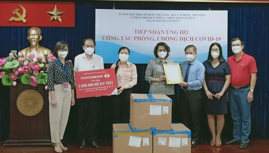 Techcombank trao tặng 2 triệu bộ kit test Covid-19 cho TP HCM - Ảnh 1.