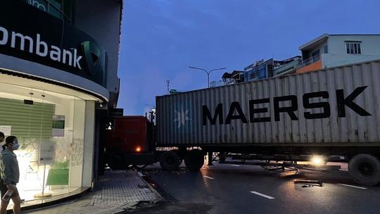 Xe container lao thẳng vào chi nhánh ngân hàng ở Phú Nhuận, TP HCM - Ảnh 1.