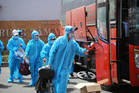 Phú Yên đưa 426 người dân kẹt ở Bà Rịa - Vũng Tàu về quê - Ảnh 1.