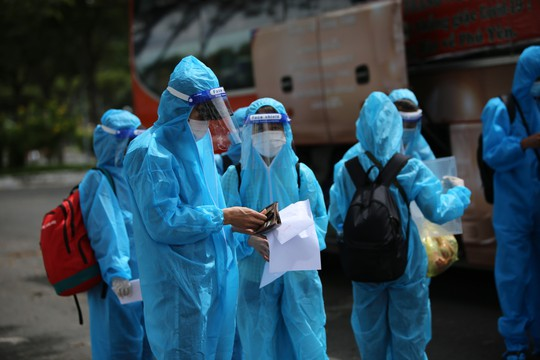 Phú Yên đưa 426 người dân kẹt ở Bà Rịa - Vũng Tàu về quê - Ảnh 4.