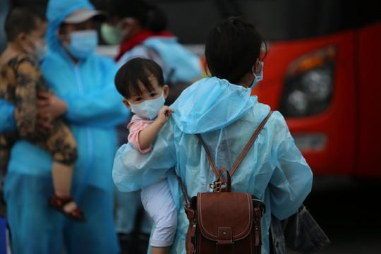 Quảng Ngãi đón 135 thai phụ, trẻ em về quê bằng xe buýt - Ảnh 4.