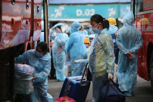 Quảng Ngãi đón 135 thai phụ, trẻ em về quê bằng xe buýt - Ảnh 3.