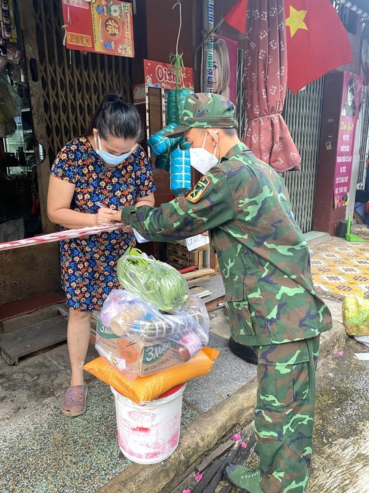 300 hộ gia đình ở TP HCM nhận thức quà quê từ tỉnh biên giới - Ảnh 4.