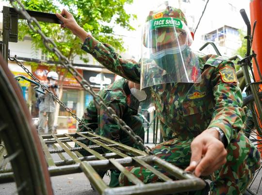 Phóng sự ảnh: Người dân TP HCM bất ngờ thấy bộ đội dùng xe đạp thồ lương thực trên phố - Ảnh 1.