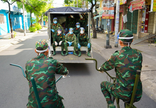 Phóng sự ảnh: Người dân TP HCM bất ngờ thấy bộ đội dùng xe đạp thồ lương thực trên phố - Ảnh 2.