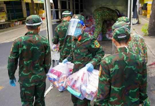 Phóng sự ảnh: Người dân TP HCM bất ngờ thấy bộ đội dùng xe đạp thồ lương thực trên phố - Ảnh 3.