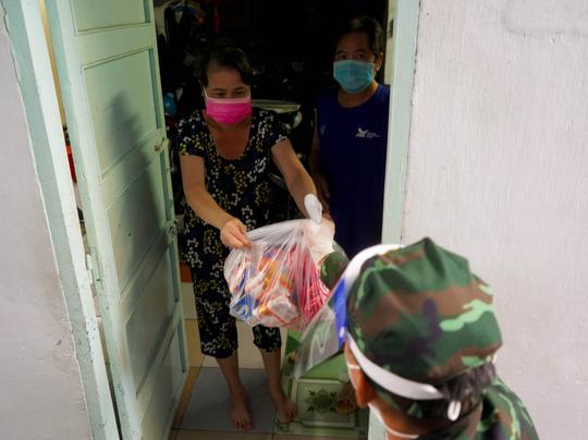 Phóng sự ảnh: Người dân TP HCM bất ngờ thấy bộ đội dùng xe đạp thồ lương thực trên phố - Ảnh 6.