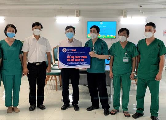 Trao tặng lượng lớn vật tư y tế, máy tính cho 2 bệnh viện tuyến cuối - Ảnh 2.
