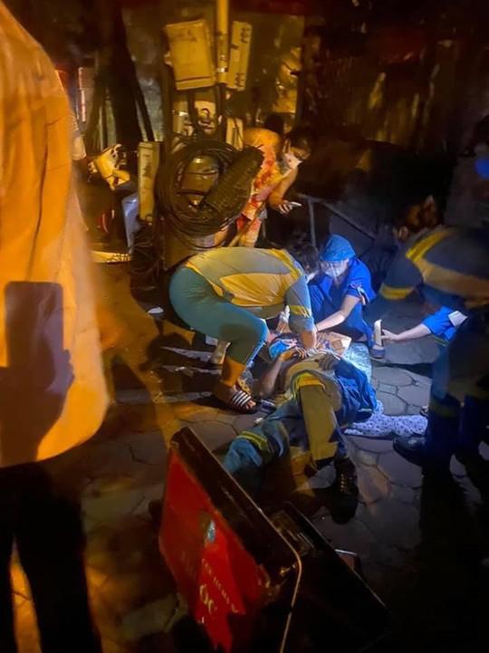 Nam công nhân môi trường bất ngờ bị xe máy tông từ phía sau, văng ra đường - Ảnh 1.