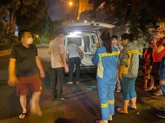 Nam công nhân môi trường bất ngờ bị xe máy tông từ phía sau, văng ra đường - Ảnh 2.