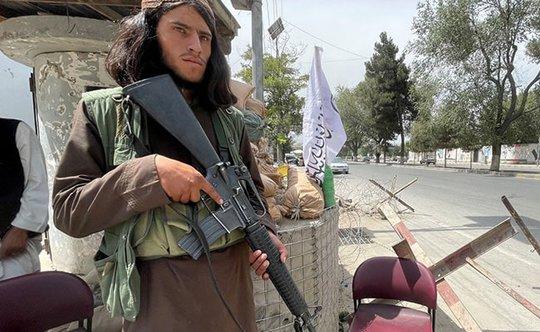 Taliban bị cáo buộc bắn chết nữ cảnh sát mang thai trước mặt gia đình - Ảnh 2.