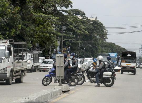 """Người biểu tình """"đạp đổ"""" loạt tháp viễn thông quân đội Myanmar - Ảnh 1."""