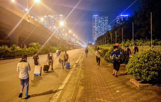 CLIP: Hơn 30 người lao động tay xách nách mang đi bộ xuyên đêm để về quê - Ảnh 2.