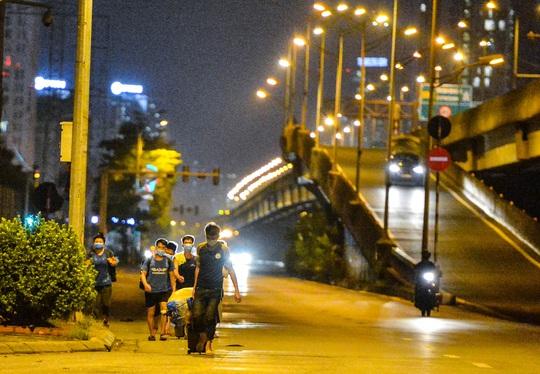 CLIP: Hơn 30 người lao động tay xách nách mang đi bộ xuyên đêm để về quê - Ảnh 3.
