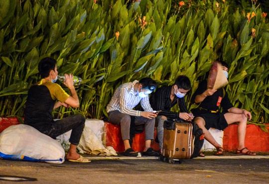 CLIP: Hơn 30 người lao động tay xách nách mang đi bộ xuyên đêm để về quê - Ảnh 6.