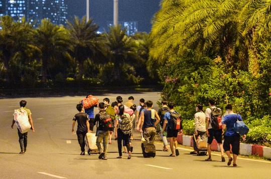 CLIP: Hơn 30 người lao động tay xách nách mang đi bộ xuyên đêm để về quê - Ảnh 9.