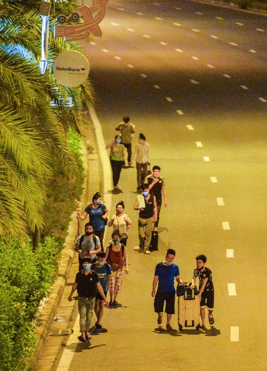 CLIP: Hơn 30 người lao động tay xách nách mang đi bộ xuyên đêm để về quê - Ảnh 10.