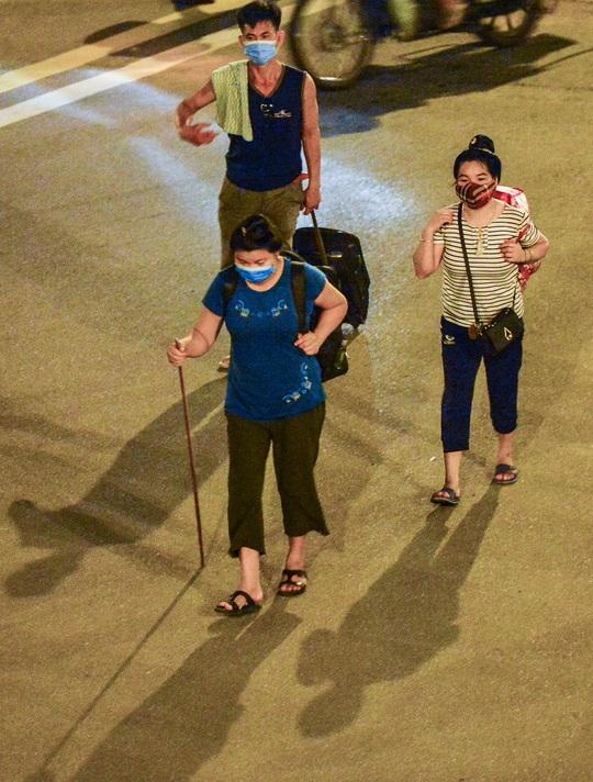 CLIP: Hơn 30 người lao động tay xách nách mang đi bộ xuyên đêm để về quê - Ảnh 11.